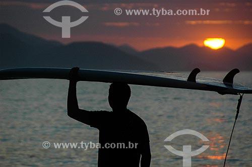 Surfista na Praia de Copacabana ao amanhecer  - Rio de Janeiro - Rio de Janeiro (RJ) - Brasil