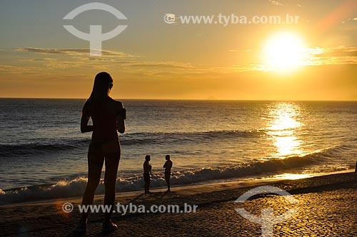 Mulher observando pôr do sol no Arpoador  - Rio de Janeiro - Rio de Janeiro (RJ) - Brasil