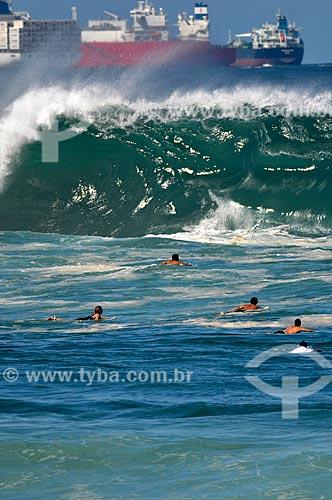 Surfistas na Praia do Arpoador com navios cargueiros ao fundo  - Rio de Janeiro - Rio de Janeiro (RJ) - Brasil