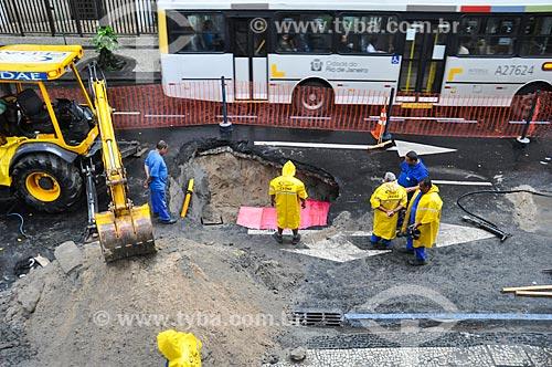 Operários trabalhando em obra na Rua Gomes Carneiro  - Rio de Janeiro - Rio de Janeiro (RJ) - Brasil