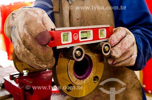 UTC Engenharia  - Construção de módulo de serviço para funcionamento em plataforma de petróleo da PETROBRAS - Operário utilizando Nível  - Niterói - Rio de Janeiro (RJ) - Brasil