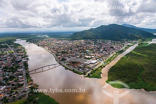Vista aérea de Iguape ao fundo Serra de Iguape e canal do mar pequeno à direita - Complexo Estuarino Lagunar de Iguape Cananéia e Paranaguá  - Iguape - São Paulo (SP) - Brasil