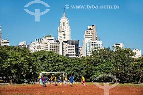 Futebol de várzea no Parque Dom Pedro II ao fundo o Edifício Banespa - centro da cidade  - São Paulo - São Paulo (SP) - Brasil