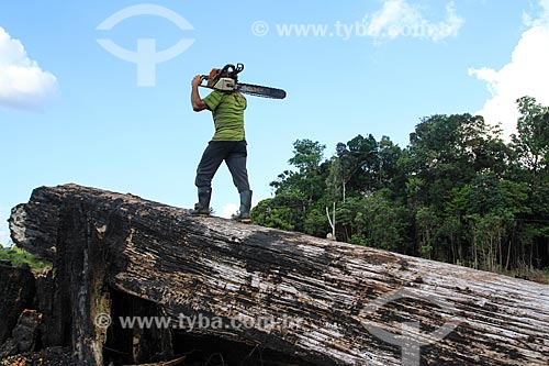 Homem com motosserra - Estarda BR-174  - Manaus - Amazonas (AM) - Brasil
