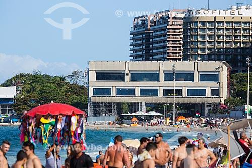 Banhistas na Praia de Copacabana com estúdios temporários de televisão instalados durante a Copa do Mundo no Brasil ao fundo  - Rio de Janeiro - Rio de Janeiro (RJ) - Brasil