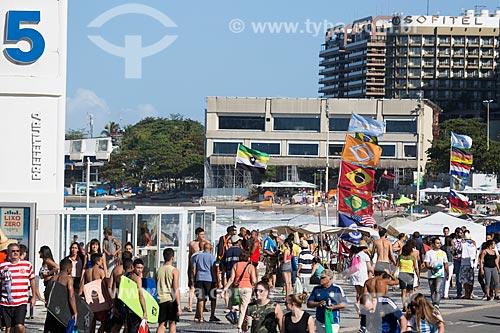 Banhistas na Praia de Copacabana - Posto 5 - com estúdios temporários de televisão instalados durante a Copa do Mundo no Brasil ao fundo  - Rio de Janeiro - Rio de Janeiro (RJ) - Brasil
