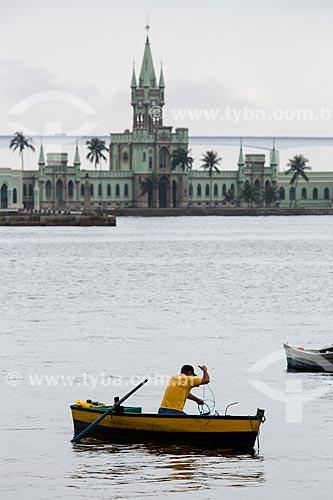 Barco na Baía de Guanabara com a Ilha Fiscal ao fundo  - Rio de Janeiro - Rio de Janeiro (RJ) - Brasil