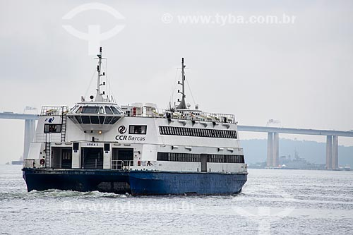 Catamarã que faz a travessia entre Rio de Janeiro e Niterói com a Ponte Rio-Niterói (1974) ao fundo  - Rio de Janeiro - Rio de Janeiro (RJ) - Brasil