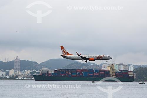 Avião da GOL - Linhas Aéreas Inteligentes - se preparando para pousar no Aeroporto Santos Dumont com navio cargueiro ao fundo  - Rio de Janeiro - Rio de Janeiro (RJ) - Brasil