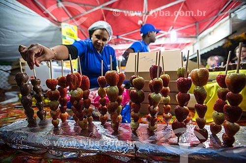 Morango com calda de chocolate à venda na festa junina da Praça Edmundo Rego  - Rio de Janeiro - Rio de Janeiro (RJ) - Brasil