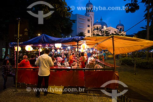 Barraca de comida japonesa na festa junina da Praça Edmundo Rego com a Igreja de Nossa Senhora do Perpétuo Socorro ao fundo  - Rio de Janeiro - Rio de Janeiro (RJ) - Brasil