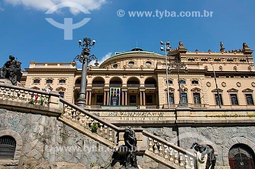 Vista lateral do Teatro Municipal inaugurado em 1911 - Esculturas da Praça Ramos de Azevedo  - São Paulo - São Paulo (SP) - Brasil