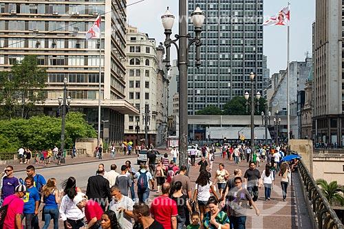 Movimento de pedestres no Viaduto do Chá numa segunda feira ao fundo Praça do Patriarca  - São Paulo - São Paulo (SP) - Brasil