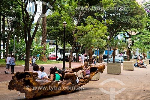 Pessoas sentandas em tronco de árvore no Largo do Arouche  - São Paulo - São Paulo (SP) - Brasil