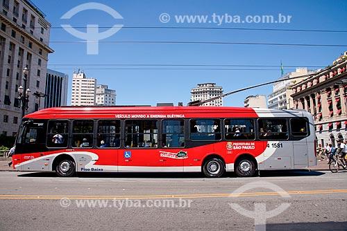 Ônibus elétrico no viaduto do Chá  - São Paulo - São Paulo (SP) - Brasil
