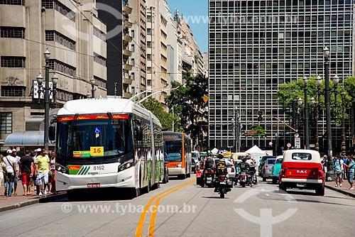 Carros antigos com novo ônibus elétrico duplo e motos passeando no viaduto do Chá - comemoração dos 460 anos de São Paulo  - São Paulo - São Paulo (SP) - Brasil