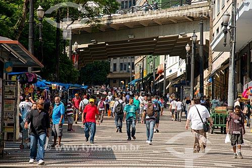 Pedestres na Rua General Carneiro - viaduto da Rua Boa Vista ao fundo  - São Paulo - São Paulo (SP) - Brasil