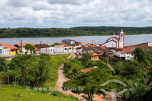 Casas na cidade de Maraú com a Igreja de São Sebastião e o Rio Maraú ao fundo  - Maraú - Bahia (BA) - Brasil