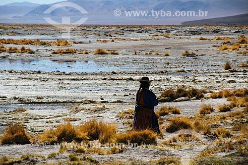 Mulher com roupas típicas próximo ao Salar de Uyuni  - Departamento Potosí - Bolívia