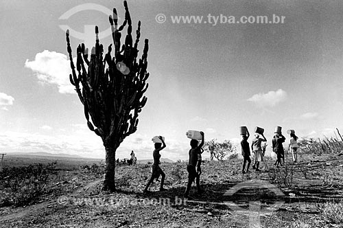 Mulheres e crianças carregando água no sertão  - Canudos - Bahia (BA) - Brasil
