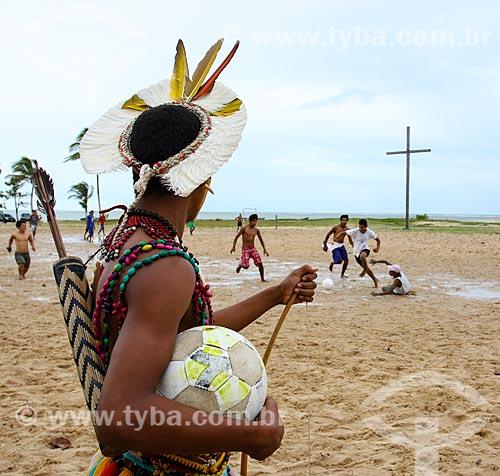Índios da tribo Pataxó jogando futebol com a Cruz em Coroa Vermelha - região onde desembarcou Pedro Álvares Cabral e onde foi realizada a primeira missa no Brasil - ao fundo  - Santa Cruz Cabrália - Bahia (BA) - Brasil
