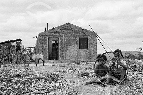 Crianças na seca do sertão  - Canudos - Bahia (BA) - Brasil