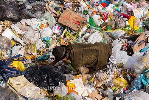 Catador em lixão a céu aberto na periferia de Serra Talhada  - Serra Talhada - Pernambuco (PE) - Brasil