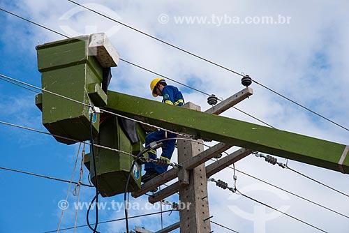 Operários fazendo manutenção da rede de iluminação pública  - Floresta - Pernambuco (PE) - Brasil