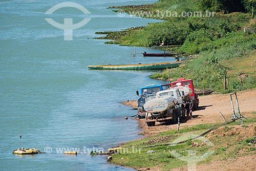 Caminhão pipa captando água do Rio São Francisco  - Abaré - Bahia (BA) - Brasil