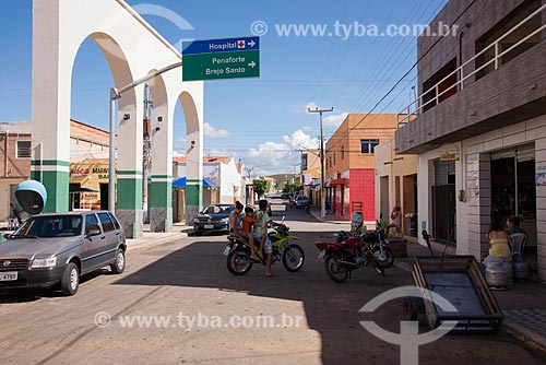 Infração de trânsito em rua comercial da cidade de Jati  - Jati - Ceará (CE) - Brasil