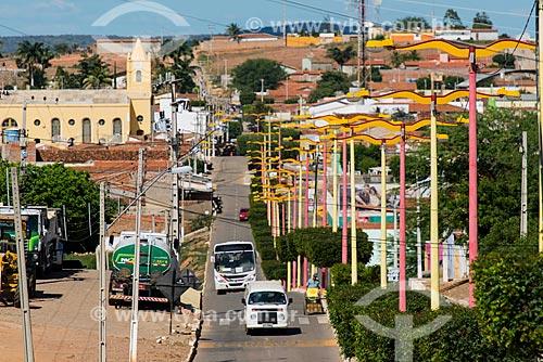 Vista da Avenida Padre Cícero com a Igreja Matriz de Nossa Senhora da Saúde ao fundo  - Penaforte - Ceará (CE) - Brasil