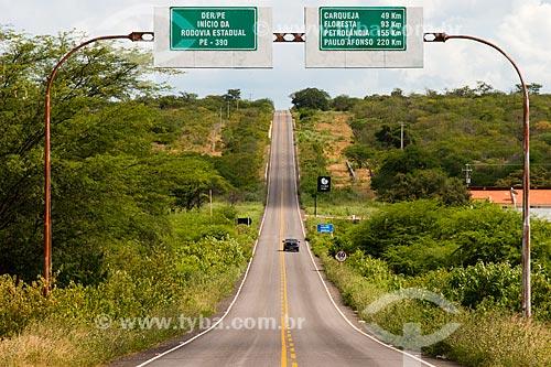 Carro na Rodovia PE-390  - Serra Talhada - Pernambuco (PE) - Brasil