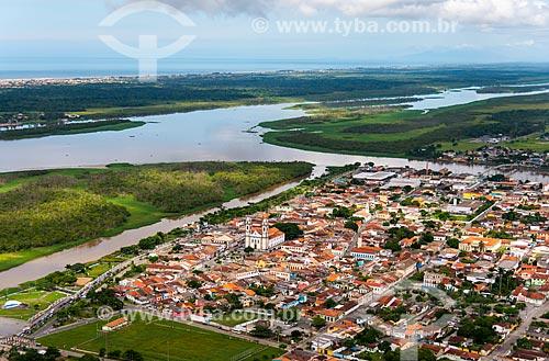 Foto aérea da cidade de Iguape - com o Mar Pequeno e o Rio Ribeira de Iguape ao fundo  - Iguape - São Paulo (SP) - Brasil