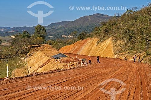 Terraplanagem na estrada entre Pimenta e o distrito de Santo Hilário  - Pimenta - Minas Gerais (MG) - Brasil
