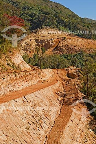 Terraplanagem na estrada entre o distrito de Santo Hilário e Guapé  - Pimenta - Minas Gerais (MG) - Brasil