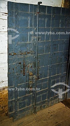 Porta do porão de castigos aos escravos da Fazenda Santa Clara - considerada uma das maiores fazenda do século XIX  - Santa Rita de Jacutinga - Minas Gerais (MG) - Brasil