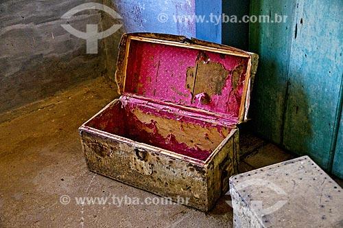 Antigo baú de madeira e couro - também conhecidos como Canastras - na Fazenda Santa Clara - considerada uma das maiores fazenda do século XIX  - Santa Rita de Jacutinga - Minas Gerais (MG) - Brasil