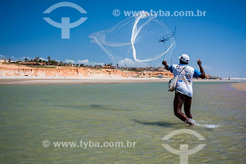 Homem pescando na Praia de Canoa Quebrada  - Aracati - Ceará (CE) - Brasil
