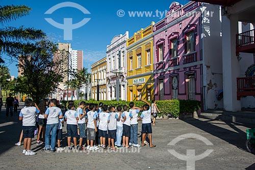 Crianças no Centro Cultural Dragão do Mar de Arte e Cultura com casarios ao fundo  - Fortaleza - Ceará (CE) - Brasil