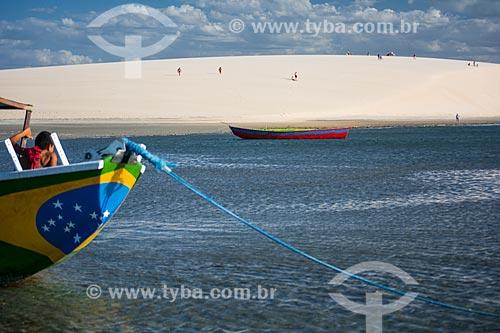Barcos na orla do Parque Nacional de Jericoacoara com a Duna do Pôr do Sol ao fundo  - Jijoca de Jericoacoara - Ceará (CE) - Brasil