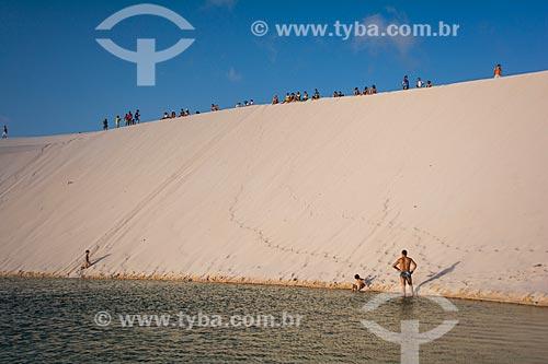 Turistas na Duna do Pôr do Sol  - Jijoca de Jericoacoara - Ceará (CE) - Brasil