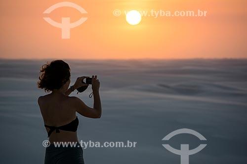 Mulher fotografando o pôr do sol no Parque Nacional dos Lençóis Maranhenses  - Barreirinhas - Maranhão (MA) - Brasil