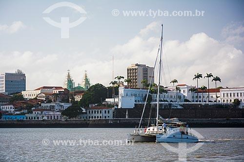 Barco na foz do Rio Bacanga com o centro histórico ao fundo  - São Luís - Maranhão (MA) - Brasil