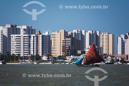 Barco na foz do Rio Bacanga com prédios ao fundo  - São Luís - Maranhão (MA) - Brasil