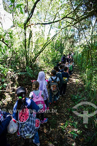 Alunos da Escola Municipal Major Theófilo de Carvalho na trilha para o Poço Paraíso no Parque Nacional da Serra dos Órgãos  - Petrópolis - Rio de Janeiro (RJ) - Brasil