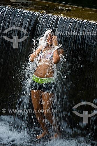 Menina tomando banho em cachoeira na Fazenda Tucano  - Nova Iguaçu - Rio de Janeiro (RJ) - Brasil