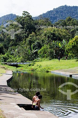 Crianças entrando na Lagoa da Fazenda Tucano  - Nova Iguaçu - Rio de Janeiro (RJ) - Brasil