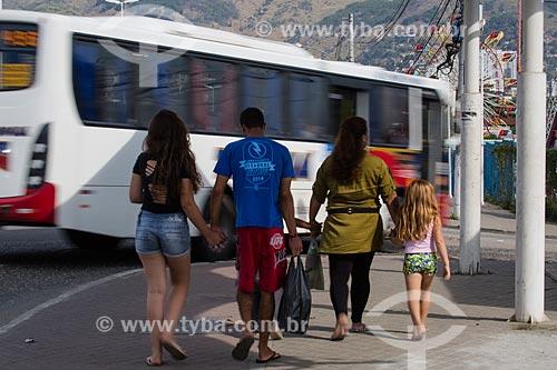 Pedestres caminhado próximo ao Viaduto da Posse  - Nova Iguaçu - Rio de Janeiro (RJ) - Brasil