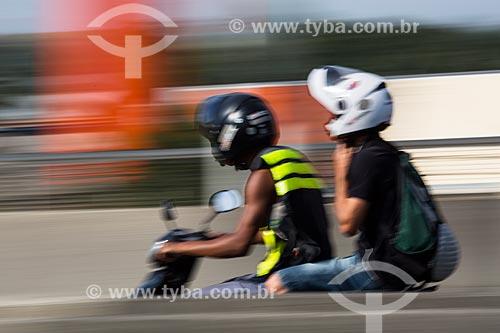 Mototaxista transportando passageiro no Viaduto da Posse  - Nova Iguaçu - Rio de Janeiro (RJ) - Brasil