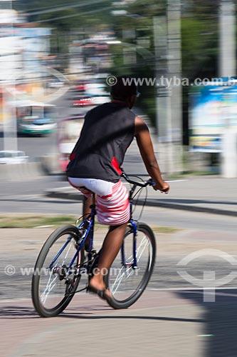 Ciclista pedalando próximo ao Viaduto da Posse   - Nova Iguaçu - Rio de Janeiro (RJ) - Brasil